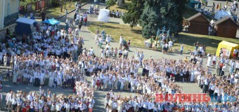 Лучани у вишиванках привітали своє місто грандіозним флешмобом