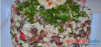 Салат з червоною квасолею, сиром і крабовими паличками