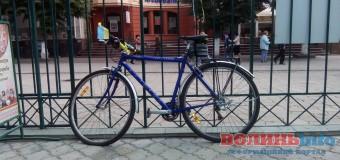 У Луцьку підприємець пробив колесо лучанину за національну символіку