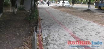 У Луцьку розвалюється нещодавно відремонтований тротуар на Молоді. ФОТО