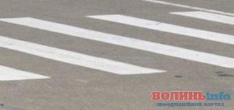 Луцький школяр власноруч намалював пішохідний перехід біля своєї школи. ФОТО