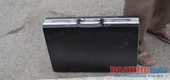 Біля луцького ЦНАПу знайшли підозрілу валізу