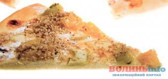 Піца з грушею, цибулею, горіхами і двома видами сиру