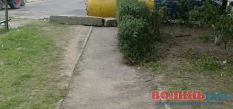 """У Луцьку пішохідну доріжку """"перекрили"""" смітниками та бетонними блоками. ФОТО"""