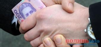 Волинського чиновника спіймали на хабарі у розмірі 25 тисяч