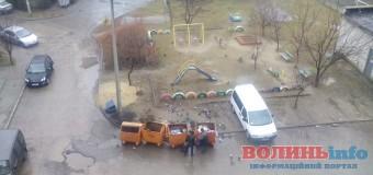 Через міськраду на одній із вулиць Луцька діти граються у смітті