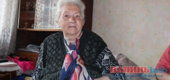 Луцьк непомітний: бабуся, яка просить милостиню заради дочки