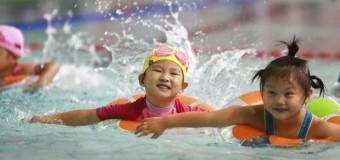 У Китаї майже 300 дітей захворіли після відвідин басейну