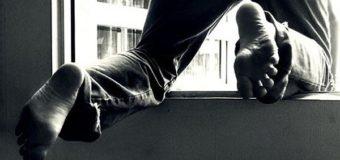 У Луцьку патрульні за руки зловили хлопця, який був за крок до смерті. ВІДЕО