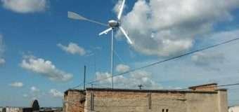 У Луцьку на даху будинку незаконно встановили вітрогенератор. ФОТО