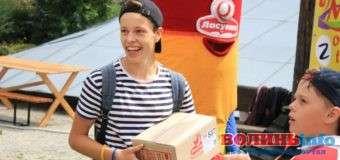 На «Lutsk Food Fest» школяр виграв ящик морозива і роздав його дітям. ФОТО