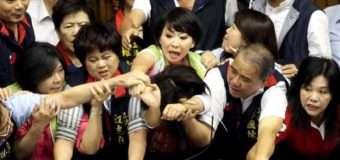 Бойові жінки та літаючі крісла: як побилися в парламенті Тайваню (ВІДЕО)