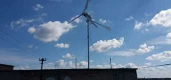 Муніципали знесли вітряк на даху багатоповерхівки в Луцьку. ФОТО