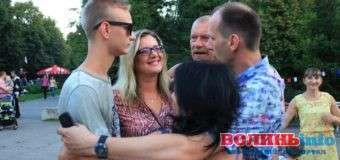 У Луцьку перший день сімейного фестивалю завершили обіймами та кульками для тих, хто не з нами. ФОТО