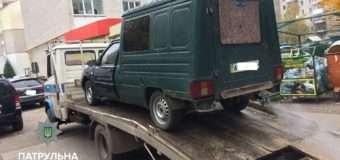 У Луцьку зі скандалом евакуювали автомобіль, який перешкоджав дорожньому руху
