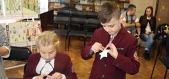 Луцькі патрульні навчали школярів виготовляти світловідбиваючі елементи. ФОТО