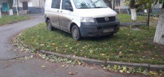 """У Луцьку муніципали ловили водіїв на тротуарах та """"зелених"""" зонах. ФОТО"""