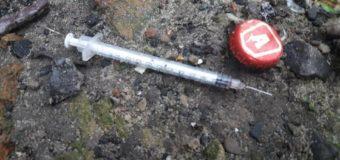 У Луцьку на вулиці знайшли використаний шприц. ФОТО