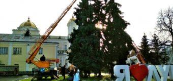 Скільки потрібно на новорічне оздоблення Театрального майдану у Луцьку