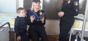 Луцькі патрульні читали книги маленьким пацієнтам. ФОТО