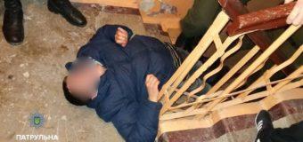 Луцькі патрульні привели до тями осіб, які «відпочивали» у під'їздах. ФОТО