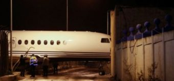 На Мальті літак здуло вітром у будівлю