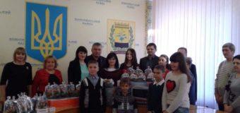 Працівники прокуратури Волині до Дня Святого Миколая передали подарунки дітям на Донеччину. ФОТО