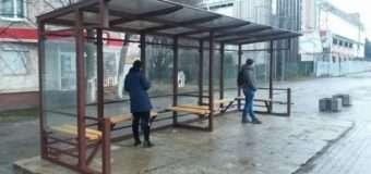 У Луцьку блаштували нову зупинку на місці попередньої, яка «пережила» пожежу та неодноразові ДТП