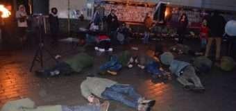 У центрі Луцька провели флешмоб: під час оголошення імен загиблих крутянців під звук пострілу падали молоді юнаки