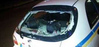 У Луцьку нетверезі молодики пошкодили автомобіль поліції, знімаючи свої дії на телефон.