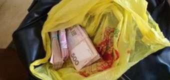 На Донбасі затримали іноземця з сумкою грошей