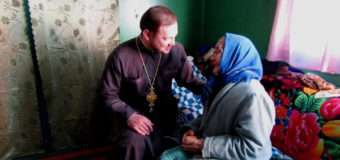 Волинський священик ділився різдвяною радістю з прихожанами, які не можуть прийти до храму