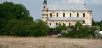 Поляки збирають гроші, аби відреставрувати фасад костелу Святої Трійці в Олиці