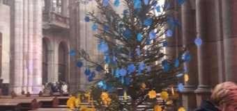 Головний собор Чехії прикрашає жовто-блакитна ялинка з назвами окупованих міст Донбасу
