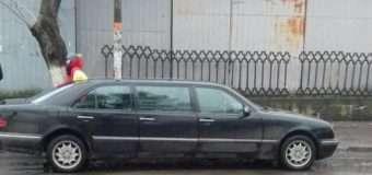 У Луцьку пасажирів возить таксі-лімузин на литовських номерах