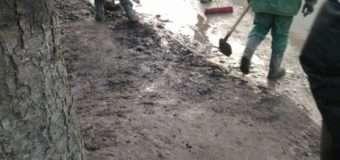 """У Луцьку муніципали змусили будівельників почистити дорогу на вулиці Набережній від бруду, який вони """"навозили"""""""