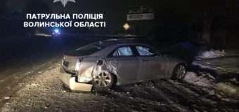 Вночі у Луцьку нетверезий водій врізався в електроопору і дорожній знак