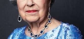 На 65-річчя коронації Єлизавета ІІ вдягнула прикраси з сапфіру, які подарував король Георг VI
