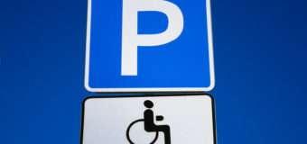 У Луцьку водії паркуються на місцях, які передбачені для людей з інвалідністю