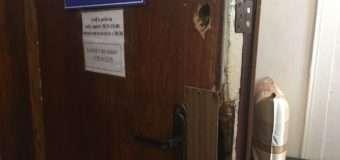 Порожні пляшки, розкидані презервативи та пошкоджені двері кабінетів… Хтось вночі проник у нововолинську поліклініку