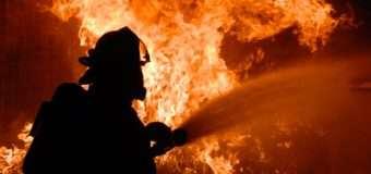 Волинські рятувальники винесли з палаючої квартири матір і сина