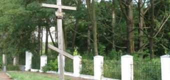 На Волині невідомий на автомобілі врізався в огорожу кладовища