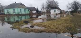 На Ковельщині підтоплює обійстя селян. Рятувальники відкачують воду