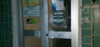У Луцьку зловмисники розбили скло вхідних дверей приміщення на вулиці Рівненській і втекли