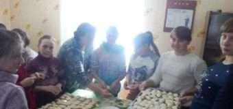 Учні на Любомльщині наліпили вареників для наших солдатів
