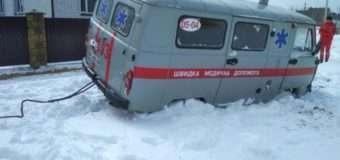 У снігових заметах на волинських дорогах застрягли рейсовий автобус та швидка