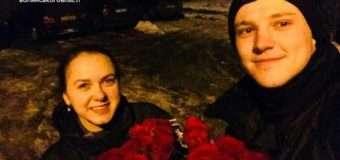 Дівчина, на наповненому квітами автомобілі, злетіла в кювет