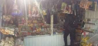 На ринку у Луцьку винахідливий підприємець продавав сурогат, заховавши його серед інших продуктів
