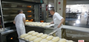 Волонтери з Волині за давньою технологією випікають хліб і возять його бійцям на передову