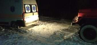 Рятувальники визволяли з снігового замету автомобіль швидкої допомоги, в якому перебувало троє людей
